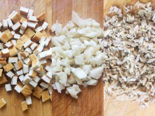 艾草青团,干笋泡发,然后和蒜,豆腐干切碎
