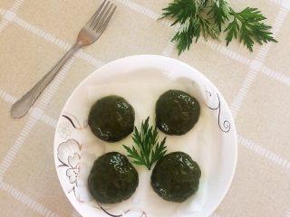 艾草青团,成品图,多的可以刷上熟的食用油,用保鲜膜包好,放冰箱保存