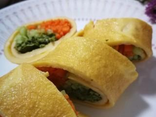 香椿蔬菜蛋皮卷,装盘。