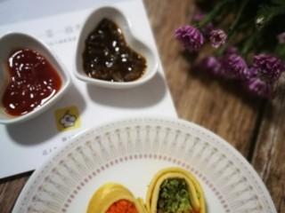 香椿蔬菜蛋皮卷,准备蘸酱,根据个人喜好哦,可以用泰式酸辣酱,番茄酱,辣酱都OK。我是用了两种,番茄的和香菇辣酱,个人更爱香菇辣酱😜