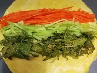 香椿蔬菜蛋皮卷,冷却的的蛋皮上码上香椿段,黄瓜丝,胡萝卜丝。