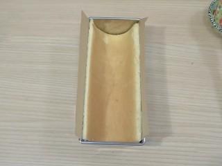 葡萄朗姆酒慕斯蛋糕,将蛋糕胚A(18*13㎝)刷一层糖酒水,烘焙面向里,垫一张烘焙纸,放入半圆模具,备用
