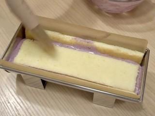 葡萄朗姆酒慕斯蛋糕,将葡萄慕斯倒入模具,摊平后,放入蛋糕胚C(18*4㎝)烘焙面向下,刷上一层糖酒水。放入冰箱冷藏至慕斯凝固(冷冻15分钟左右,冷藏40分钟左右)