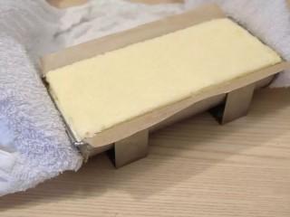 葡萄朗姆酒慕斯蛋糕,慕斯凝固后,用热毛巾╱喷枪╱吹风机,让模具两头受热,脱模