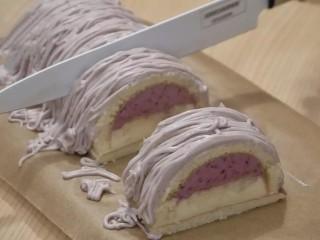 葡萄朗姆酒慕斯蛋糕,切蛋糕时,用锋利并加热过的的刀(可以把刀浸泡在热水里,切蛋糕时取出擦干)