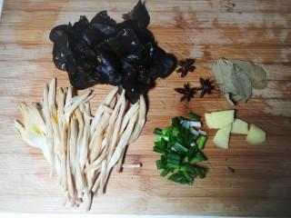 四喜烤麸,泡发好的木耳撕成小朵,黄花菜摘去老根,准备好八角和香叶,葱切未,姜切片备用。