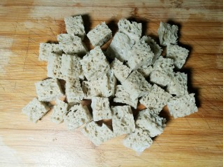 四喜烤麸,焯过水的烤麸反复挤压洗净,并切成小块。