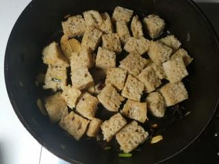 四喜烤麸,煎至微微发黄就可以了。