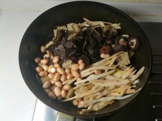 四喜烤麸,放入木耳,香菇,黄花菜和花生米。