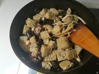 四喜烤麸,把加入的所有食材翻炒一下。