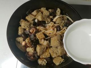 四喜烤麸,然后加水,水和食材持平。