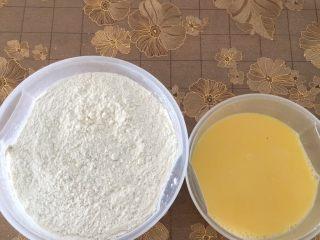 豆沙面包,先过筛面粉,然后把奶糖水分几次加入到面粉里揉成面团