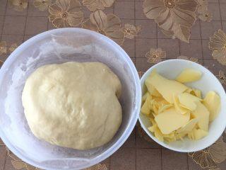 豆沙面包,面团揉好加入黄油继续揉,一直揉到可以拉出薄膜状