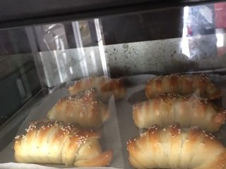 豆沙面包,烤至表面金黄即可