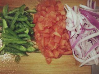 芝士焗意大利面,将青椒切丝,番茄切丁,洋葱切丝备用