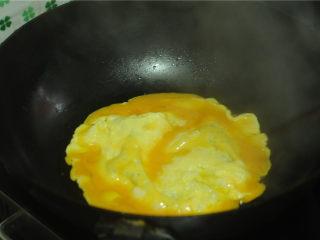 地皮菜炒鸡蛋,将鸡蛋液倒进去,摊成饼