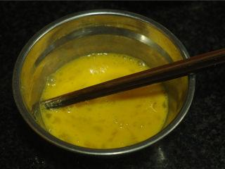 地皮菜炒鸡蛋,鸡蛋打在碗里,打散