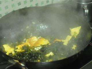 地皮菜炒鸡蛋,地皮菜倒进去,混合炒熟