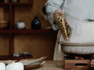 【谷雨·香椿鱼儿】谷雨落时,一口香椿一口茶,放入沸水中焯烫;