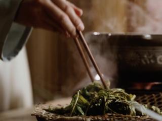 【谷雨·香椿鱼儿】谷雨落时,一口香椿一口茶,至颜色变绿,立即捞出,凉水冲净后轻轻攥干水分;