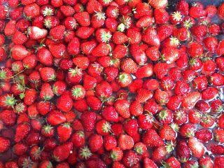 自制草莓酱,草莓洗净用淡盐水浸泡一会儿
