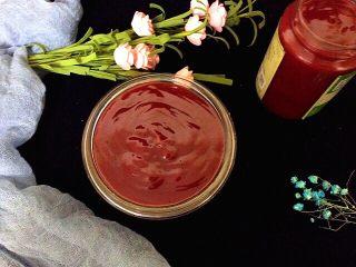 自制草莓酱,草莓酱颜色红亮,吸人眼球,酸甜适口。