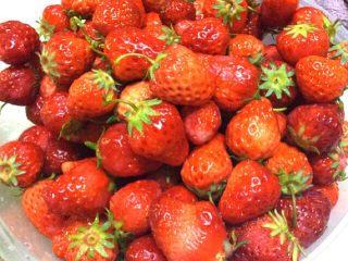 自制草莓酱,洗净后捞出沥干水分