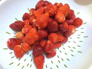 自制草莓酱,摘去根部