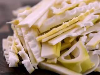 鲜竹笋小炒肉,让春天变得可口美味!,鲜笋切片备用