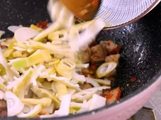 鲜竹笋小炒肉,让春天变得可口美味!,再将笋片下锅,翻炒均匀
