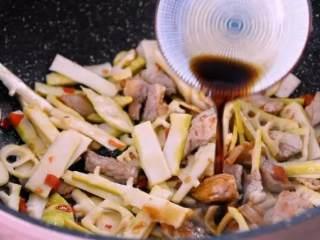 鲜竹笋小炒肉,让春天变得可口美味!,淋上生抽,出锅前撒上葱花即可