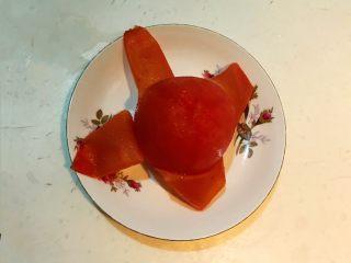 黑椒腊肠炒意面,把番茄取出来剥皮