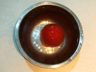 黑椒腊肠炒意面,把番茄放入碗里,加满开水,烫2分钟