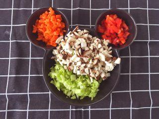 辅食12M➕:时蔬豆腐丸子,将鲜菇、胡萝卜、彩椒和包菜都切碎
