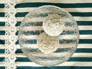 椰蓉裹艾草青团,开水上锅蒸10分钟就ok啦,出锅后稍微晾凉,再滚上飘香的椰蓉~