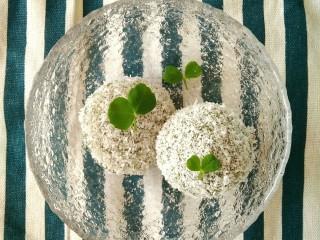 椰蓉裹艾草青团,摘了自己种的豆苗叶子做摆盘装饰,美美哒好吃又好看~。◕‿◕。~