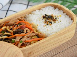 又一道下饭利器,营养丰富且简单易学,一盘美味又营养的腐竹炒肉丝,开启新的一天!