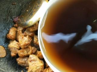 月牙骨烧双菇,倒入滤净的姬松茸茶树菇的水。