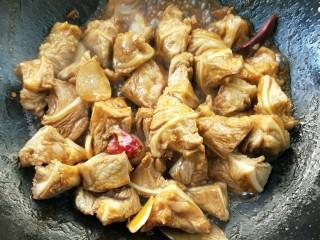 月牙骨烧双菇,翻炒至月牙骨吸收完料酒酱油。