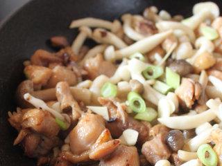 菌菇滑鸡煲仔饭,蘑菇洗净空水,平底锅放少许油,把蘑菇和鸡腿肉炒是半熟,盛出备用
