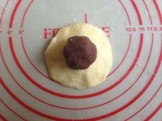 红豆馅司康饼,压成圆形,放上红豆馅。红豆馅每个15克。