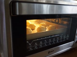 红豆馅司康饼,放入预热好180度的东菱K40C烤箱中下层,烘烤20分钟左右。