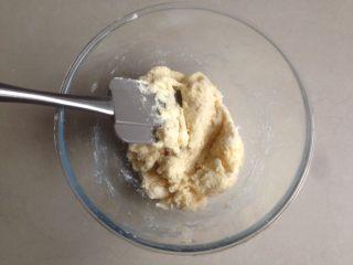 红豆馅司康饼,用刮刀切割混合,不见干粉即可,不要过度搅拌。