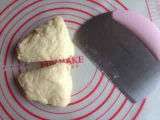 红豆馅司康饼,重叠放置再切开,重复三次。