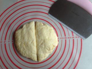 红豆馅司康饼,捏成团放在案板上压平一下,切成两份。