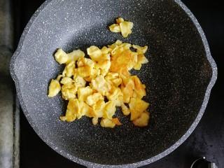 番茄虾仁蔬菜炒饭,锅内少许油,倒入打散的鸡蛋炒熟炒散盛出备用