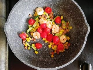 番茄虾仁蔬菜炒饭,倒入番茄翻炒至出汁