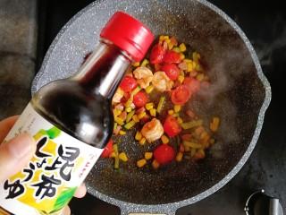 番茄虾仁蔬菜炒饭,倒入适量酱油炒匀