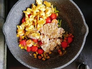 番茄虾仁蔬菜炒饭,最后倒入炒熟的鸡蛋和熟米饭