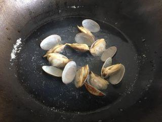 花蛤炖蛋,煮开